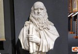 89 -Firenze. Il Museo di Leonardo da Vinci. Leonardo da Vinci è senza dubbio uno dei personaggi toscani più famosi della storia. Vissuto tra il 1452 ed il 1519, è un perfetto rappresentante del Rinascimento in quanto si dedicò alle principali arti come la pittura, scultura, all'architettura, alla musica, al disegno ed alla scenografia. Leonardo fu inoltre un appassionato studioso di anatomia ed un instancabile inventore e progettista.Leonardo da Vinci fu un vero genio, uno dei pochi tra l'altro ad essere riconosciuto ed apprezzato già nella sua epoca e non solo dopo la sua morte, che avvenne in Francia mentre si trovava a servizio del re Francesco I.