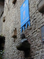 105 -Firenze. Il Museo della Casa di Dante . La torre col busto di Dante