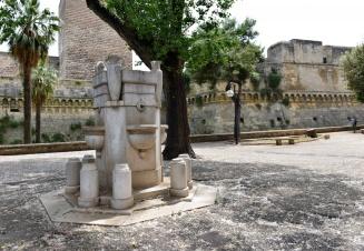 87-Bari_-_Fontana_laterale_al_Castello_Svevo