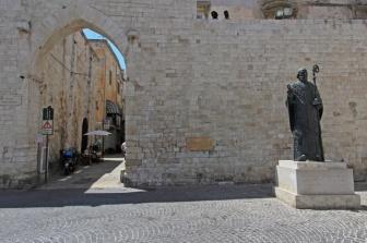 14 - Bari_-_Statua_di_San_Nicola_nell'omonima_Piazza