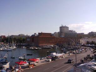65 - Bari. Il lungomare con il Teatro Margherita sullo sfondo. Chiuso nel 1980 e riaperto nel 2009 (ma solo per le mostre)