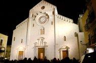25 - Bari. Cattedrale di San Sabino. Nella parte inferiore della facciata si aprono tre portali dell'XI secolo. La parte superiore è ornata da un rosone la cui ghiera è riccamente decorata da sculture raffiguranti mostri ed esseri fantastici.