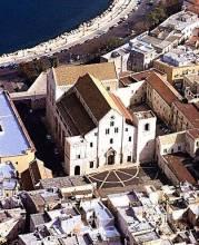 9 - Bari Basilica di San Nicola dall'alto. La basilica di San Nicola nel cuore della città vecchia di Bari sorge isolata a poca distanza dal mare. Fu costruita in stile romanico tra il 1087 e il 1100,