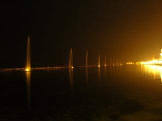103 - Bari_-_alberi_dacqua_sul_lungomare di sera