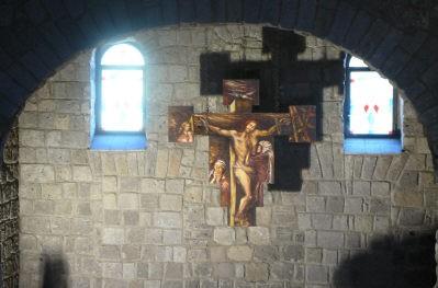 72 - Caserta. L'Eramo di San Vitaliano, interno. Crocifisso che sovrasta l'altare maggiore.