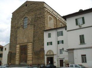 27 -La facciata della chiesa è incompiuta (al pari di altre grandi basiliche fiorentine) e presenta un'alta e grezza mole in pietrame e laterizio.
