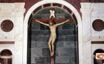 72 -Firenze. La Basilica di Santa Maria Novella. La Cappella Gondi, alla sinistra dell'altare maggiore, conserva un Crocifisso ligneo del Brunelleschi del 1410-15, che completò come competizione con l'amico Donatello