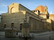 76 -Firenze. La basilica di San Lorenzo in piazza San Lorenzo con la statua delle Bande Nere di Baccio Bandinelli