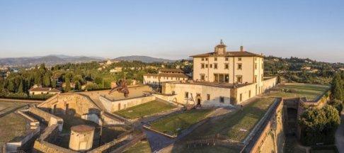 136 -Firenze - Il Forte Belvedere, nome comune della fortezza di Santa Maria in San Giorgio del Belvedere, è una delle due fortezze di Firenze, oltre a un celebre punto panoramico e pregevole opera architettonica della città. E' posto nel punto più alto della collina di Boboli. Fu realizzato tra il 1590 e il 1595 per volontà del granduca Ferdinando I de' Medici, figlio di Cosimo I.