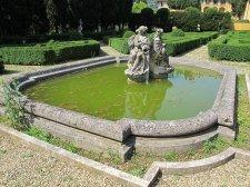 171 -Fiesole. Villa Schifanoia, Vasca con sculture