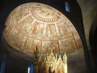 146 -Fiesole -Duomo, Nel presbiterio si trovano gli affreschi con Storie di San Romolo dipinti nel catino absidale alla fine del Cinquecento dal fiesolano Nicodemo Ferrucci, e all'altar maggiore il trittico tardogotico, commissionato nel 1450, di Bicci di Lorenzo, fiancheggiato agli altari laterali da trittici in stile neogotico dipinti nel 1886. Sul lato destro del presbiterio si aprono due cappelle. Storie di San Romolo di Nicodemo Ferrucci (XVI secolo)