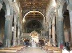 119 -Firenze -La basilica abbazia di San Miniato al Monte. l 'interno della chiesa è alquanto inusuale, col presbiterio e il coro rialzati su una piattaforma sopra la grande cripta, ed è cambiato di poco dalla prima costruzione dell'edificio. Si accede alla parte superiore da due scalinate laterali, Il pavimento intarsiato risale al 1207 e, con quello del Battistero è tra i migliori della città. La fascia centrale intarsiata guida al centro della navata dominata dall'altare, che in realtà è la Cappella del Crocefisso di Michelozzo (1448)