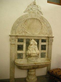 154 -Badia fiesolana. Lavabo rinascimentale di Francesco di Simone
