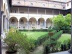 86 -Firenze. La basilica di San Lorenzo, Il chiostro della basilica. Progettato da Brunelleschi, ma realizzato dopo la morte del maestro (1446) tra il 1457 e il 1460 dal suo allievo Antonio Manetti,