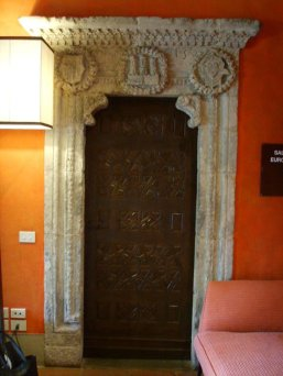 172 -Fiesole. Villa Schifanoia, Un portale con stemmi all'interno