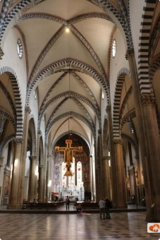 66 -Firenze. La Basilica di Santa Maria Novella. L'interno della Basilica appare spazioso, grazie anche all'uso di archi colorati al centro. La pianta è attribuita al Brunelleschi, lo stesso architetto della Cupola del Duomo.