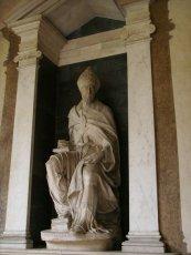 87 -Firenze. La basilica di San Lorenzo, A fianco del portone si trova la statua marmorea del comense Paolo Giovio, vescovo di Nocera eseguita da Francesco da Sangallo (opera firmata, 1560).
