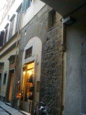110 -Una seconda Torre della famiglia dei Giuochi si trova in via Santa Margherita davanti alla Chiesa di Santa Margherita de' Cerchi