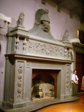 160 -Fiesole. La villa di Maiano. monumentale camino in pietra della sala centrale