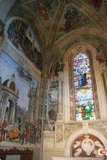 69 -Firenze. La Basilica di Santa Maria Novella.La Cappella Strozzi, alla destra dell'altare maggiore, è dedicata a San Giovanni Evangelista e scene della sua vita sono ritratte in bellissimi affreschi di Filippino Lippi. Ha iniziato a lavorare alla cappella nel 1487, ma poi gli Strozzi furono esiliati da Firenze dalla famiglia Medici. La cappella fu finita solo nel 1502 quando gli Strozzi tornarono in città. Questo è tra le ultime opere di Lippi, che muore poco dopo nel 1504.
