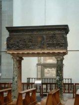 84 -Firenze. La basilica di San Lorenzo. Il pulpito della Resurrezione di Donatello