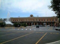 90 - La stazione di Bari centrale con di fronte Piazza Aldo Moro un ampio slargo ovoidale. La città di Bari è servita da numerose stazioni ferroviarie la principale delle quali è la stazione di Bari Centrale;