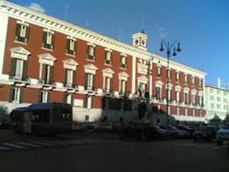 48 -Bari. Piazza della Libertà è una piccola piazza che si affaccia su Corso Vittorio Emanuele II, di fronte al Teatro Piccinni; quest'ultimo, assieme ad altri edifici, fa della grossa arteria una delle più grandi ed eminenti strade della città.