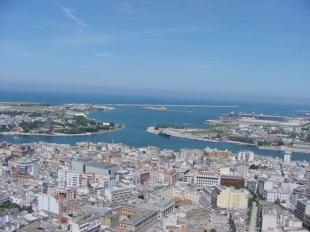 1 - Brindisi. Città e porto della Puglia, capoluogo di provincia; sorge su una piccola penisola che si protende tra due insenature, sulla costa del mare Adriatico.