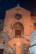 86 -Taranto - Chiesa San Domenico Maggiore -L'ingresso principale è raggiungibile per mezzo di una scalinata costruita al centro della facciata verso la fine del XVIII secolo, quando fu creato il pendio San Domenico per collegare la via Duomo con la parte bassa dell'isola.