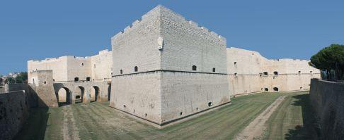 17 - Il castello di Barletta visto da sud-est.