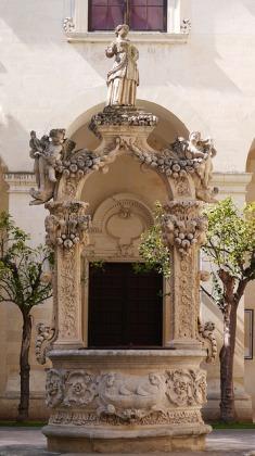 119 - Lecce. Il Palazzo del Seminario, Dettaglio del cortile.