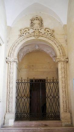 121 - Lecce. Il Palazzo del Seminario, cappella di San Gregorio Taumaturgo, datata 1696, che ospita alcune tele di Paolo De Matteis.