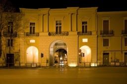 39 -Foggia,_Porta Arpana, meglio conosciuta come Tre Archi. Infatti la porta Arpana è affiancata da altri due archi, fatti costruire nel 1947.