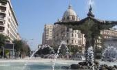 5 - Fontana del Sele oggi, sullo sfondo il Palazzo dell'Acquedotto Pugliese. Immagine simbolo della città