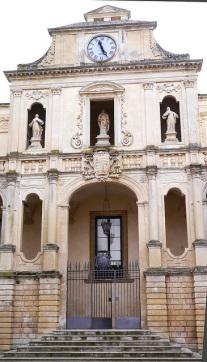 113 -Lecce. Piazza Duomo. L'Episcopio.Nel 1761 Mons. Alfonso Sozy Carafa collocò un orologio, opera del maestro Domenico Panico di Lecce, nella parte superiore dell'edifici