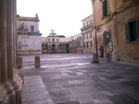 44 - Lecce. Entrata in Piazza Duomo. Questa appare come un enorme palcoscenico i cui fondali sono rappresentati dal Campanile, dal Duomo, dall'Episcopio, dal Seminario.