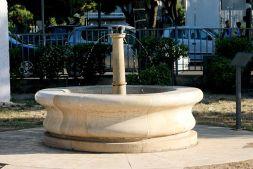 22 -Castello_di_Barletta_-_Fontana_storica_nei_giardini_del_castello
