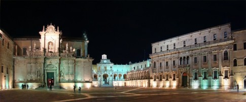45 - Lecce. Ecco come si presenta la Piazza del duomo di sera con Cattedrale sulla sinistra.
