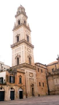 """48 -Lecce. Il Campanile del Duomo. """"L'attuale campanile, eretto dall'architetto Giuseppe Zimbalo tra il 1661 e il 1682, è costituito da cinque piani rastremati terminanti con balaustre e raggiunge un'altezza di 68 metri."""""""