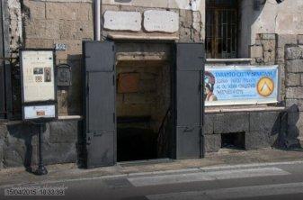 70 -Taranto, museo. L'ipogeo, diviso in quattro sale (alte dai cinque agli otto metri), presenta una estensione di circa 800 metri quadrati e una profondità che arriva nei livelli più bassi (quattro complessivi) a 16 metri sotto il piano stradale e 4 metri sotto il livello del mare La struttura , in posizione centrale rispetto all'isola del centro storico rappresenta un crocevia con le altre strutture ipogee del borgo antico che formano nel loro complesso il sistema della Taranto Sotterranea che arrivano e si diramano proprio nell'Ipogeo Spartano Bellacicco