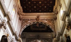 63 - Lecce. Il Duomo, interno. Lo splendido soffitto ligneo a lacunari risalente al 1685 conclude superiormente la navata centrale, il transetto e il presbiterio dell'edificio