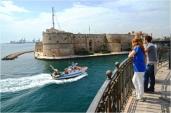 15 -Taranto, il Castello Aragonese da sotto il ponte girevole