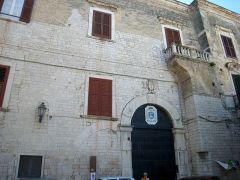 34 - Trani. Palazzo Arcivescovile. Il palazzo della famiglia Rogadeo venne acquistato dall'Arcivescovo Fra Diego Alvarez (1606-1635) e scelto come sede dell' Arcivescovado.