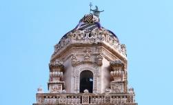 54 - Lecce. Il Campanile del Duomo. L'ultimo piano è occupato da un'edicola di forma ottagonale, coperta da una cupola con quattro vasi fioriti, prospicienti la piazza e reca un'iscrizione latina. Questa torre che si eleva verso il cielo, sorge in onore della Vergine Madre di Dio Assunta in cielo, per la pietà