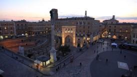 10 - Lecce. Piazza Sant'Oronzo, la piazza principale di Lecce. Qui troverete la famosa e caratteristica pavimentazione a mosaico con rappresentato lo stemma della città: la lupa. Gli edifici di questa piazza risalgono al Medioevo e all'Ottocento, che nel complesso architettonico riescono a far convivere stili e forme appartenenti ad epoche diverse. Qui troverete il Castello voluto da Re Carlo V nel 1539, l'anfiteatro romano, la Colonna e il sedile di Sant'Oronzo.