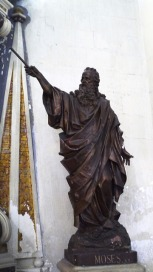 69 - Lecce. Il Duomo, interno, ai lati le statue di Mosè ed Ezechiele. Statua di Mosè, cartapesta modellata, dipinta. Datazione: ultimo quarto XIX secolo. Autore: De Pascalis Giovanni Andrea, bottega salentina.