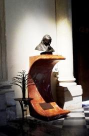"""71 - Lecce. Il Duomo, interno, sull'altro lato dell'ingresso principale è posto un """"Busto in bronzo del papa Giovanni Paolo II. . Datazione fine XX secolo. Autore Ghinelli Leandro, ambito salentino"""