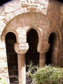 42 - Barletta. Convento francescano, particolare della porta