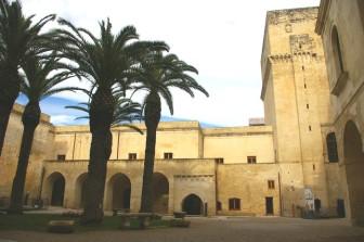7 - Lecce. Castello-Carlo V. Il corpo centrale è del XII Secolo, mentre la Torre Quadrata – il Mastio Quadrangolare anch'esso inglobato nella costruzione cinquecentesca – è probabilmente angioina (XIV secolo).