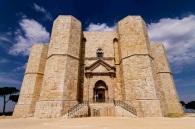 """48 - Andria. In tutta Europa Castel del Monte è un monumento assai familiare e parecchi hanno una sua """"immagine"""" ben stretta nel proprio portafogli…. La fortezza è infatti raffigurata sul rovescio della moneta da 1 centesimo di euro italiano."""